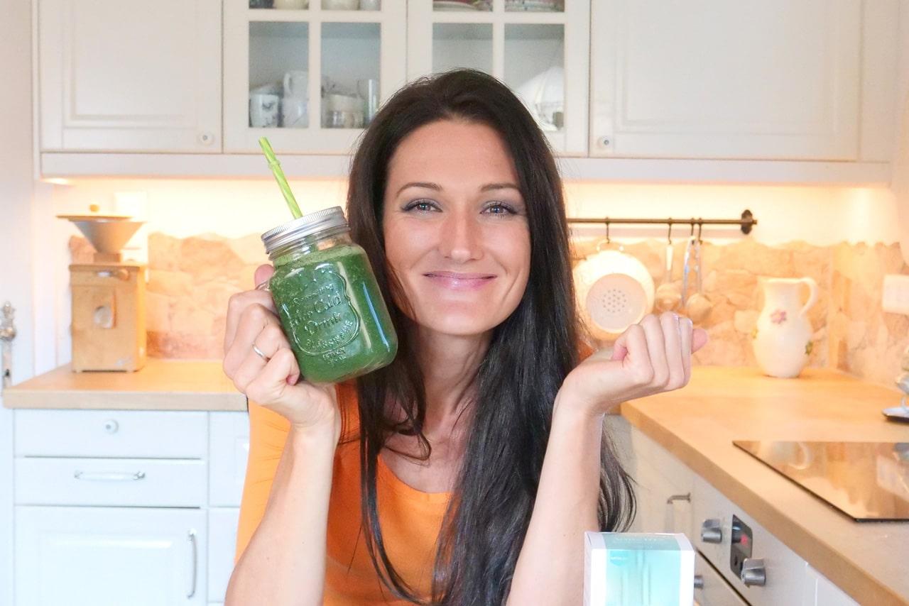 Sandra Exl mit ihrem Detox Smoothie in der Küche