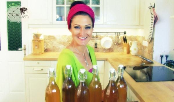 Sandra Exl mit Holunderblütensirup