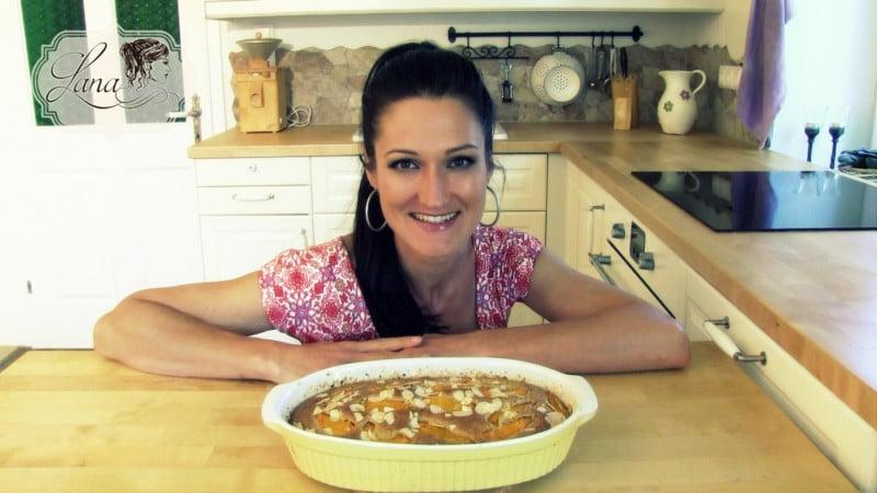 Lana mit einem Marillen Hafer Kuchen