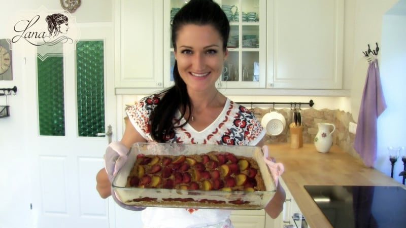 Lana mit einem Karottenkuchen