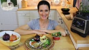 Lana präsentiert ihre gefüllten Zwiebeln