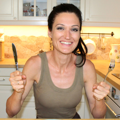 Mag. Sandra M. Exl mit Messer und Gabel