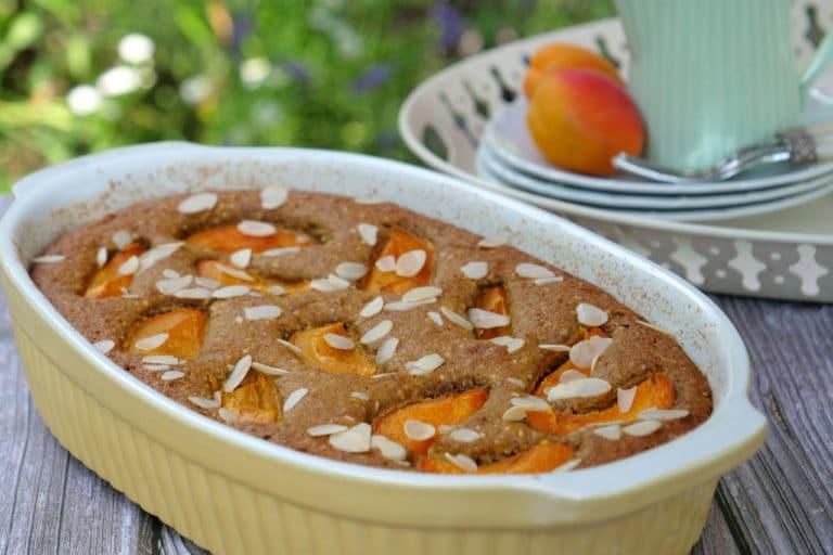 Ein Marillenkuchen nach Omas Rezept auf einem Holztisch