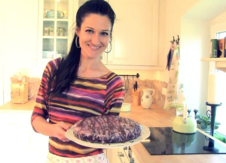 Sandra Exl mit einer glutenfreien Mohntorte mit Schokoglasur