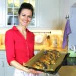 Sandra Exl mit einem Mohnzopf