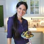 Sandra Exl mit mehreren Heidelbeer Muffins