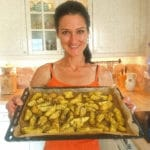 Sandra Exl mit einem Blech voll von Potato Wedges