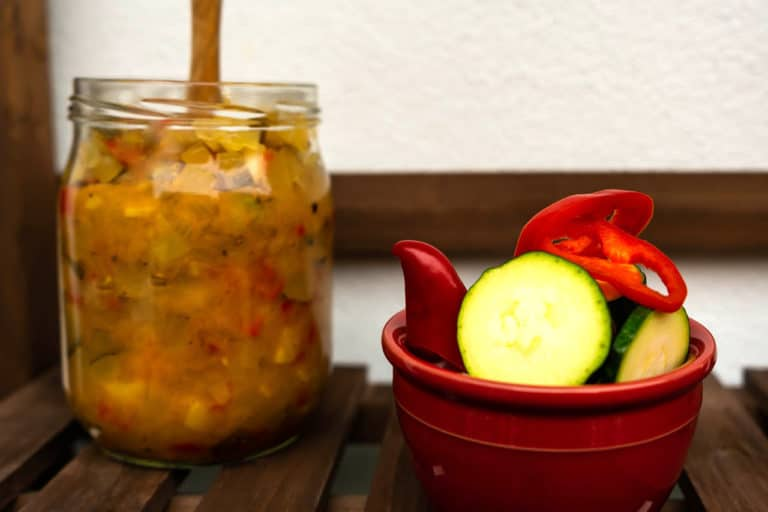 Ein Glas mit Zucchini Paprika Relish