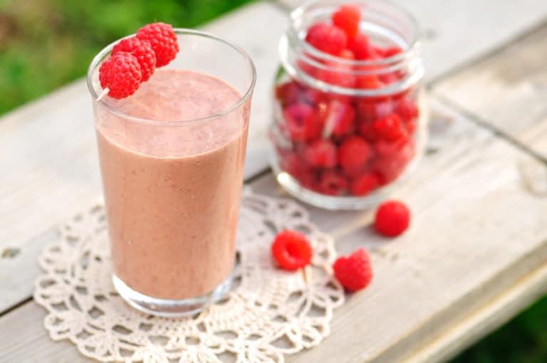 Ein Entspannungssmoothie mit roten Beeren auf einem Tisch