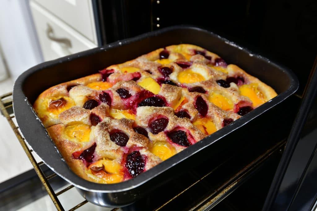 Ein Karottenkuchen, der aus dem Ofen genommen wird