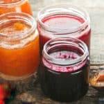 Eine Marillen Pflaumen Marmelade auf einem Tisch