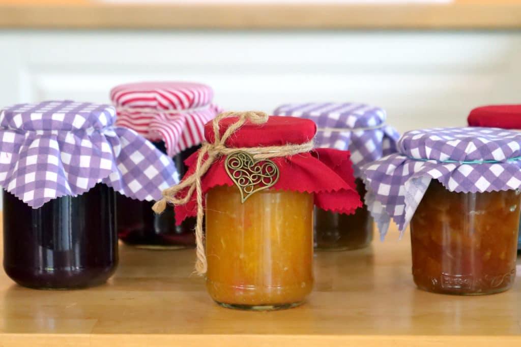 Mehrere Gläser selbstgemachter Marmelade
