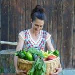 Sandra Exl mit einem Korb voller Gemüse