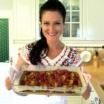 Sandra Exl mit ihrem Karottenkuchen in der Küche