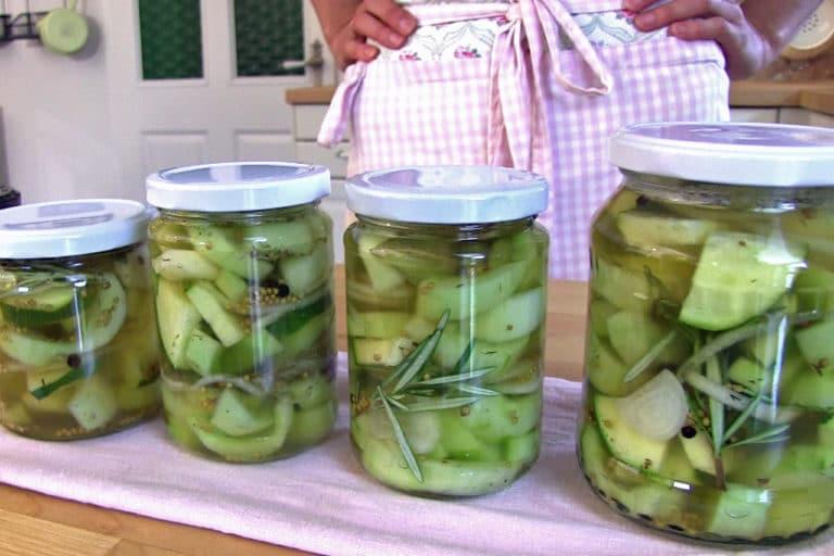 Mehrere Gläser mit eingelegten sauren Gurken