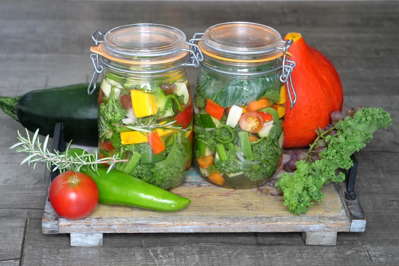Verschiedene Gemüsesorten im Glas beim Fermentieren